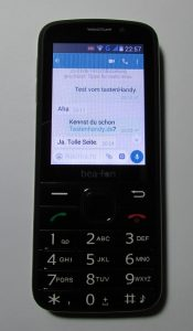 Das Bild zeigt ein Tastenhandy mit WhatsApp, und zwar das Bea-fon SL820.