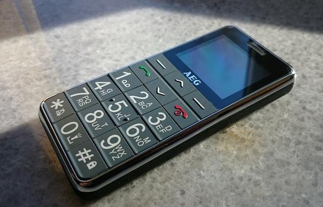 Das Bild zeigt das AEG Voxtel M250 Senioren-Handy. Es ist ist ein schickes und einfach gehaltenes Tastenhandy.