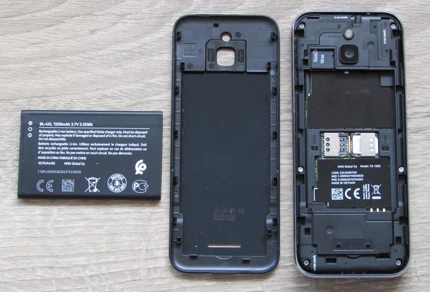 Die Steckplätze und der Akku beim Nokia 8000 4G.