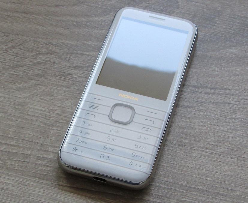 Das Nokia 8000 4G ist an den Ecken abgerundet