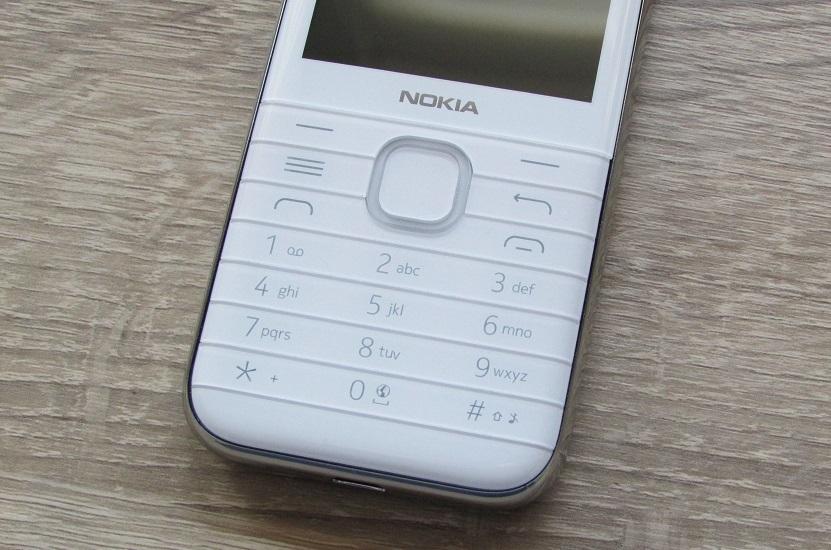 Die flache Tastatur des Nokia 8000 4G.